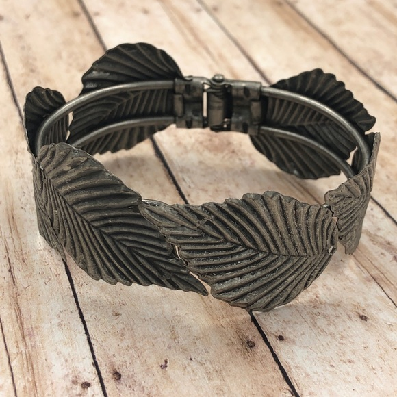🍀CLOSEOUT🍀 Rustic Silver Leaves Hinged Bracelet